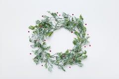 圣诞节花圈由霍莉制成离开,背景与拷贝空间 库存照片