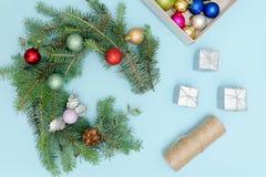 圣诞节花圈的准备 云杉的分支,装饰品 蓝色 免版税库存图片