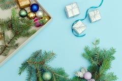 圣诞节花圈的准备 云杉的分支,装饰品 蓝色 库存图片