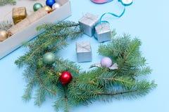 圣诞节花圈的准备 云杉的分支,装饰品 蓝色 免版税图库摄影