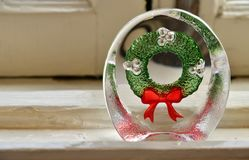 圣诞节花圈的设计的玻璃的装饰品 库存照片