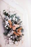 圣诞节花圈装饰了项链、结冰的叶子和蝴蝶 免版税库存图片