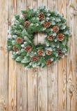 圣诞节花圈装饰土气木背景 免版税库存照片