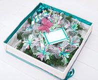 圣诞节花圈里面礼物盒 免版税库存图片