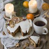 圣诞节英国水果蛋糕用脯、干果和坚果,装饰用在木背景的白色结冰与冷杉b 免版税库存图片