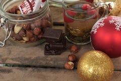 圣诞节茶会 茶用莓、蜂蜜、坚果和巧克力 免版税库存照片