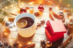 圣诞节茶和神仙ligths临近箱子 免版税库存图片