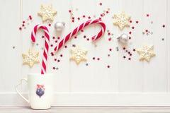 圣诞节茶杯用姜饼曲奇饼和其他甜点 免版税库存照片