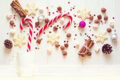 圣诞节茶杯用姜饼曲奇饼和其他甜点 免版税图库摄影