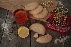 圣诞节茶用曲奇饼、圣诞节玩具和甜点, 免版税库存照片