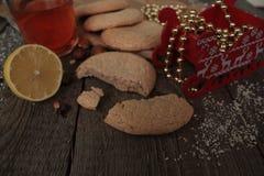 圣诞节茶用曲奇饼、圣诞节玩具和甜点 图库摄影