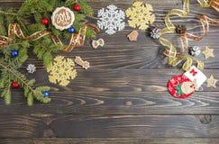 圣诞节菜单的背景 曲奇饼、冷杉和装饰在老木桌上 免版税图库摄影
