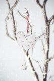 圣诞节葡萄酒在一个银色分支的玩具鸟 图库摄影