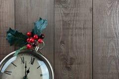 圣诞节葡萄酒时钟 霍莉莓果和木头 复制空间 免版税库存图片