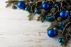 圣诞节蓝色球装饰 免版税库存照片