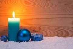 圣诞节蓝色装饰和出现蜡烛 袋子看板卡圣诞节霜klaus ・圣诞老人天空 免版税库存图片