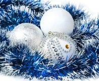 圣诞节蓝色闪亮金属片和白色与银色闪烁球 免版税图库摄影