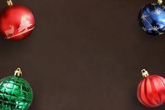 圣诞节蓝色,红色波浪和绿色有肋骨球在黑暗 库存照片