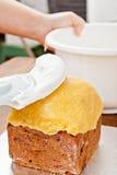 圣诞节蛋糕分布的奶油 免版税库存照片