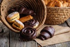 圣诞节蛋糕和甜酥皮点心在篮子、背景面包店的或市场上 库存图片