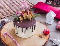 圣诞节蛋糕和装饰 免版税库存图片