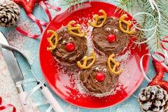 圣诞节蛋糕形状的圣诞老人鹿 免版税图库摄影