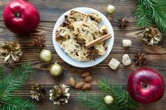 圣诞节蛋糕用葡萄干、兰姆酒和干桔子 Taty红色应用程序 免版税库存图片