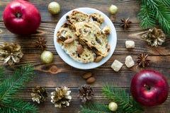 圣诞节蛋糕用葡萄干、兰姆酒和干桔子 Taty红色应用程序 免版税图库摄影