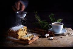 圣诞节蛋糕,在德国christstollen和搽粉的洒 库存图片