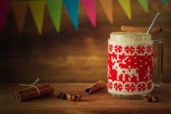 圣诞节蛋黄乳在家 一个舒适晚上 新年假日 免版税库存图片