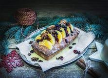 圣诞节蜜桔和蔓越桔辣蛋糕与假日得体 免版税库存照片