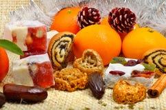 圣诞节蜜桔,土耳其甜点;lokum, pinecone和易碎 免版税库存图片