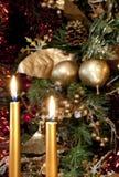 圣诞节蜡烛、红葡萄酒和存在。 图库摄影