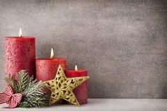 圣诞节蜡烛和光 抽象空白背景圣诞节黑暗的装饰设计模式红色的星形 免版税库存图片