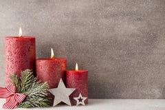 圣诞节蜡烛和光 抽象空白背景圣诞节黑暗的装饰设计模式红色的星形 库存图片