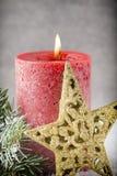 圣诞节蜡烛和光 抽象空白背景圣诞节黑暗的装饰设计模式红色的星形 免版税图库摄影