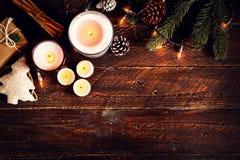 圣诞节蜡烛和土气装饰在木桌上 图库摄影