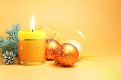 圣诞节蜡烛和圣诞节装饰 免版税库存照片
