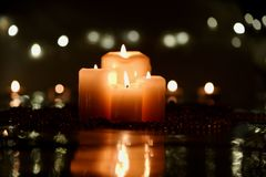圣诞节蜡烛和小珠与反射 图库摄影