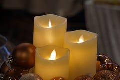 圣诞节蜡烛和装饰品在市场上 免版税库存照片