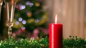 圣诞节蜡烛和香槟玻璃关闭-  股票视频