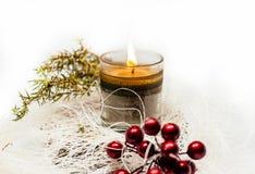 圣诞节蜡烛在白色背景的装饰杜松 免版税库存照片