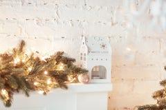 圣诞节蜡烛房子 在白色背景的灼烧的灯笼和xmas装饰 库存图片