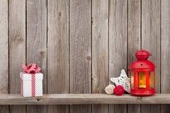 圣诞节蜡烛灯笼、礼物和装饰 免版税图库摄影