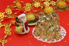 圣诞节表装饰和圣诞老人-库存照片 库存图片