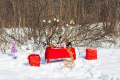 圣诞节表 被点燃的背景电灯泡色的装饰诗歌选节假日光 装饰 庆祝新年度 图库摄影