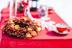 圣诞节表 被点燃的背景电灯泡色的装饰诗歌选节假日光 装饰 庆祝新年度 免版税库存图片