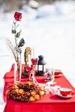 圣诞节表 被点燃的背景电灯泡色的装饰诗歌选节假日光 装饰 庆祝新年度 免版税库存照片