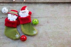 圣诞节袜子和圣诞节装饰在白色木backgro 库存图片