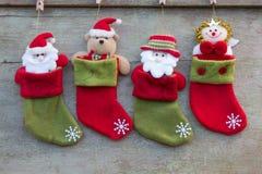 圣诞节袜子和圣诞节装饰在白色木backgro 图库摄影